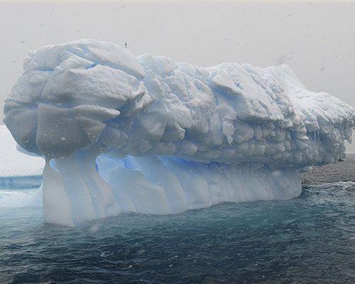 Curiosa figura por hielo erosionada por el mar