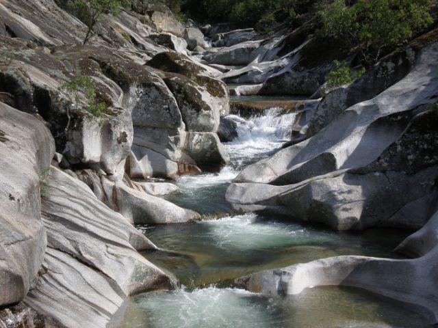 Las cinco piscinas naturales m s hermosas del mundo el for Piscina natural los pilones