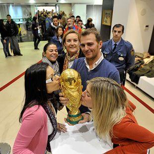 Extremeñas besando la Copa del Mundo