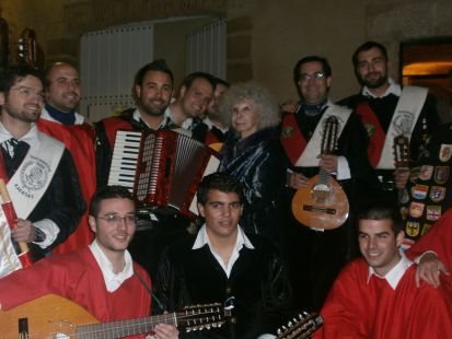 Tuna de Magisterio de Cáceres canta a su madrina la Duquesa de Alba
