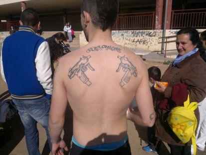 Jóvenes de Suerte Saavedra enseñan sus tatuajes.