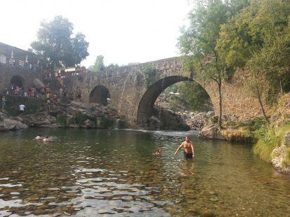 Rotura de una tubería en el puente de la garganta de Cuartos